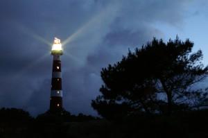 Leuchtturm auf Ameland bei Nacht © Torsten Schröder / Quelle: www.pixelio.de